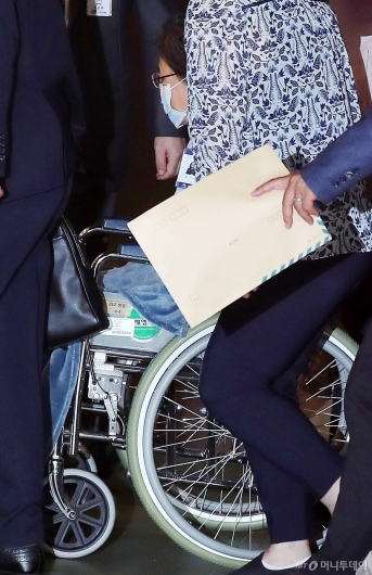 [사진]마스크로 얼굴 가린 박근혜 전 대통령