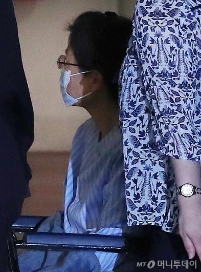 [사진]고개 돌린 박근혜 전 대통령