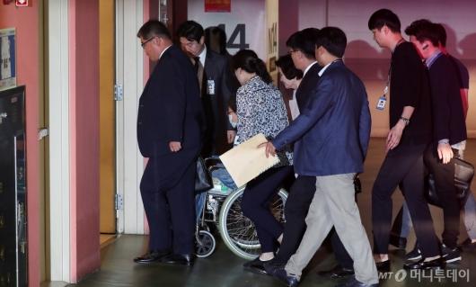 [사진]박근혜 전 대통령 '수술 위해 병원 입원'