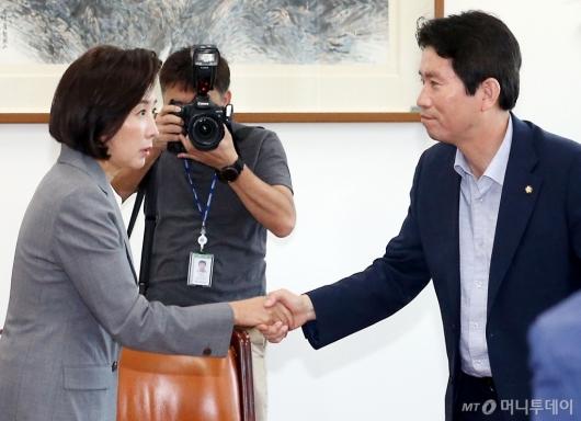 [사진]악수하는 이인영-나경원