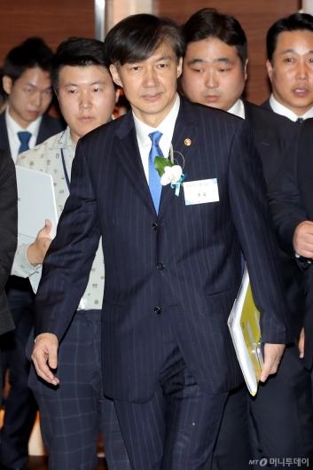 [사진]전자증권제도 시행 기념식 참석하는 조국 장관