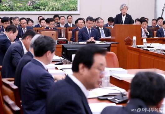 [사진]외통위 전체회의 출석한 강경화 장관