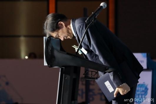 [사진]인사하는 조국 장관