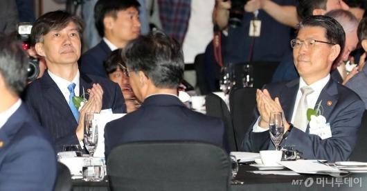 [사진]박수치는 조국 법무부 장관-은성수 금융위원장