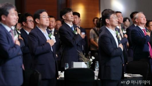 [사진]국민의례하는 '전자증권제도 시행 기념식' 참석자들