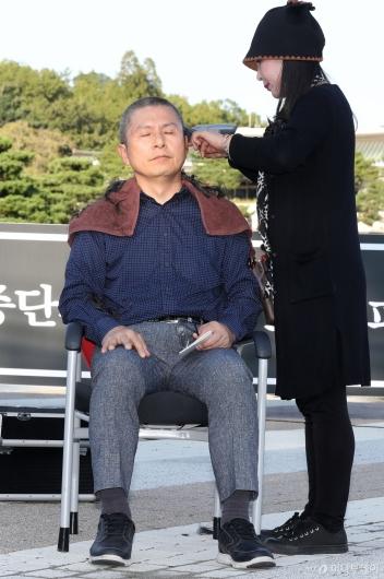 [사진]황교안, 청와대 앞에서 삭발