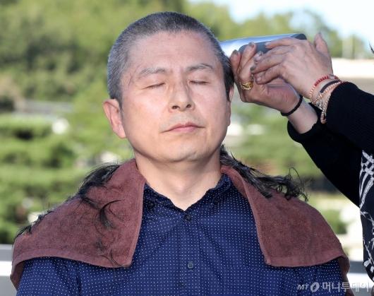 [사진]황교안 대표, 청와대 앞에서 삭발