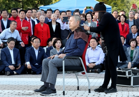 [사진]황교안, 청와대 앞 삭발 투쟁