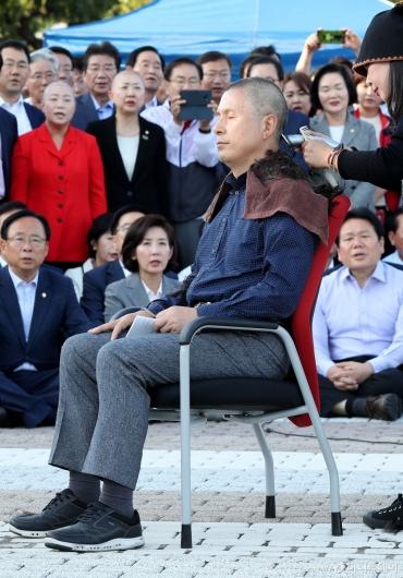 [사진]삭발 투쟁하는 황교안 대표