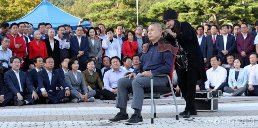 [사진]청와대 앞 삭발 투쟁하는 황교안