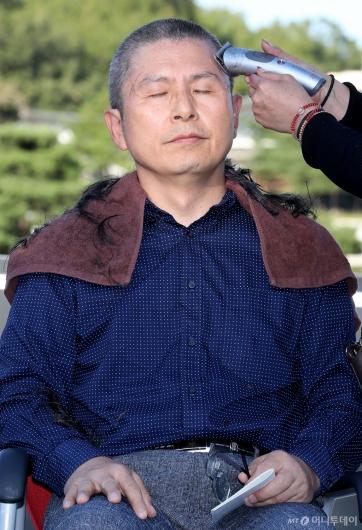 [사진]삭발 강행하는 황교안 대표