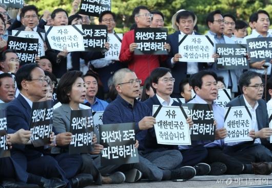 [사진]황교안, 구호 외치며 삭발 투쟁