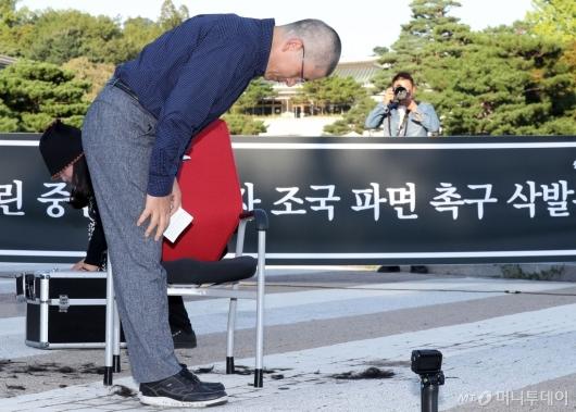 [사진]삭발 마친 뒤 인사하는 황교안 대표