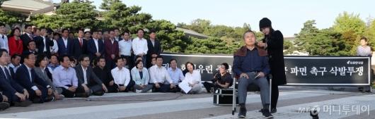 [사진]당원들 앞에서 삭발하는 황교안 대표
