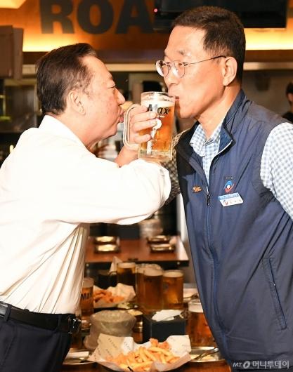[사진]러브샷하는 박용만 회장과 김주영 위원장