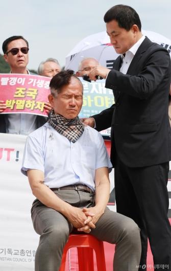 [사진]삭발 릴레이 동참한 김문수