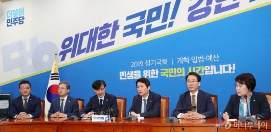 [사진]이인영 원내대표 발언 경청하는 조국 장관