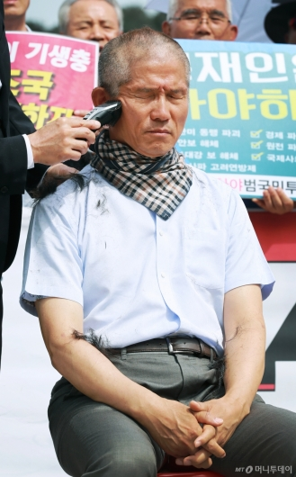 [사진]자유한국당 삭발 릴레이 '이번엔 김문수'