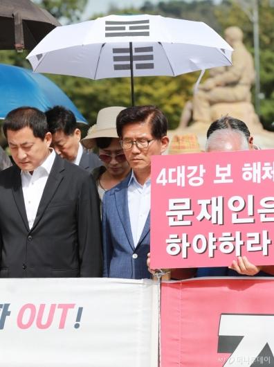 [사진]태극기 우산 쓴 김문수