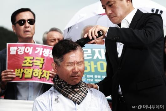 [사진]김문수, 자유한국당 삭발 릴레이 동참