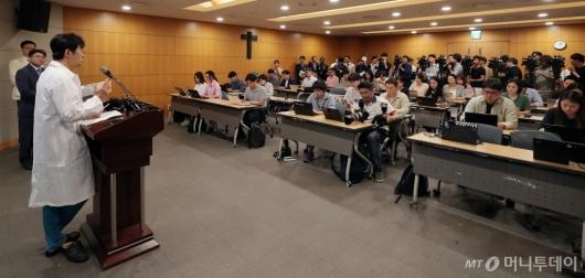 [사진]박 전 대통령 어깨수술 관련 언론 브리핑