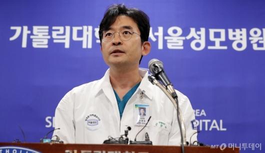 [사진]박 전 대통령 수술 관련 브리핑하는 김양수 교수