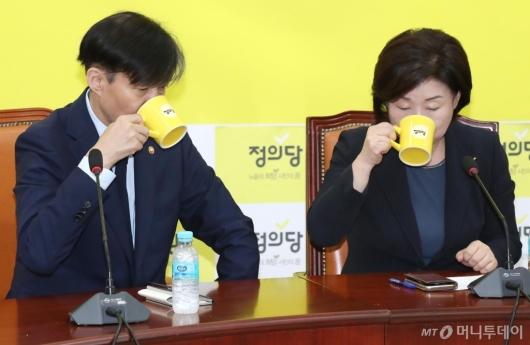 [사진]물 마시는 심상정-조국