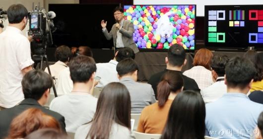 [사진]'삼성 QLED 8K TV' 설명하는 용석우 상무