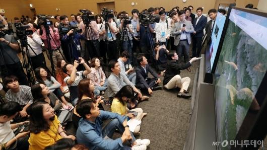 [사진]취재진에게 8K 화질 설명하는 삼성전자
