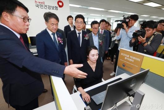 [사진]보건의료 빅데이터 분석센터 방문한 박능후-김세연