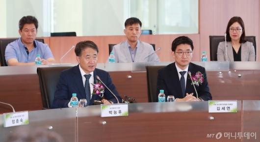 [사진]보건의료 빅데이터 플랫폼 개통식 참석한 박능후 장관