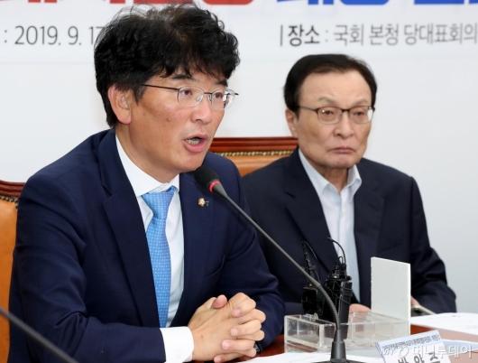 [사진]발언하는 박완주 위원장