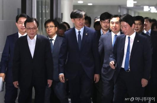 [사진]당정협의 참석하는 조국