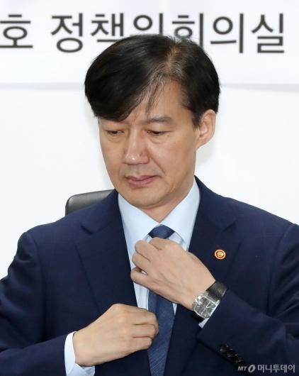 [사진]넥타이 고쳐 매는 조국 장관