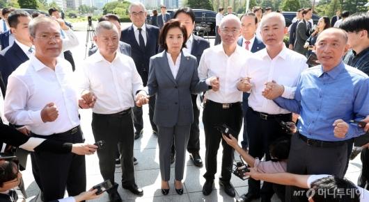 [사진]나경원, 삭발 의원들과 함께