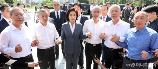 [사진]삭발 의원들과 손잡은 나경원