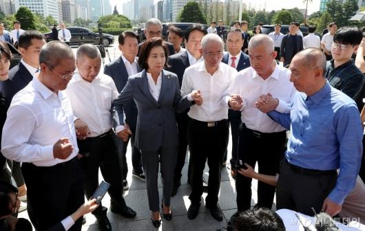 [사진]삭발 의원들 격려하는 나경원