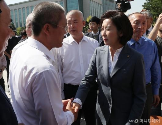 [사진]삭발 의원들과 악수하는 나경원