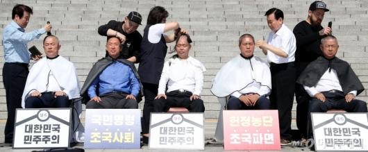 [사진]삭발하는 자유한국당 의원들