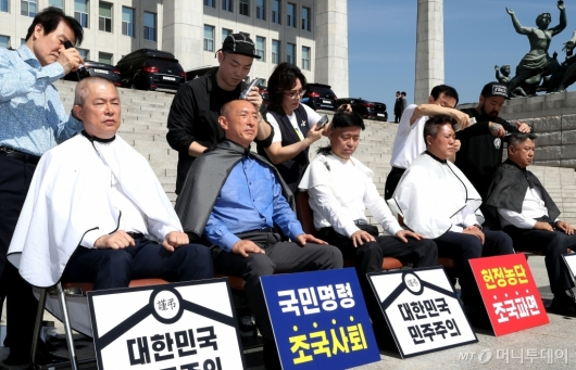 [사진]단체 삭발하는 자유한국당 의원들