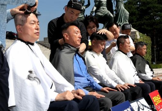 [사진]단체 삭발하는 한국당 의원들