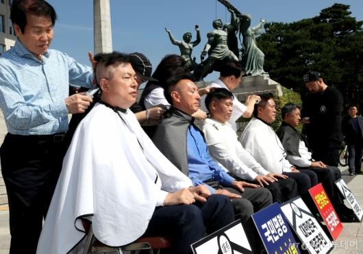 [사진]한국당 의원들 단체 삭발