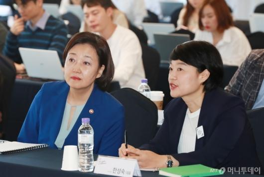[사진]대화하는 박영선 장관-한성숙 대표