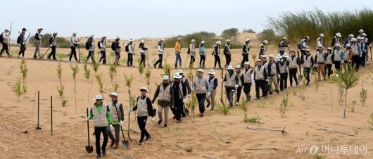 [사진]사막 능선따라 이동하는 대한항공 임직원들