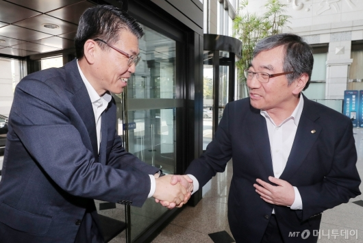 [사진]은성수-윤석헌 '첫 공식 회동'