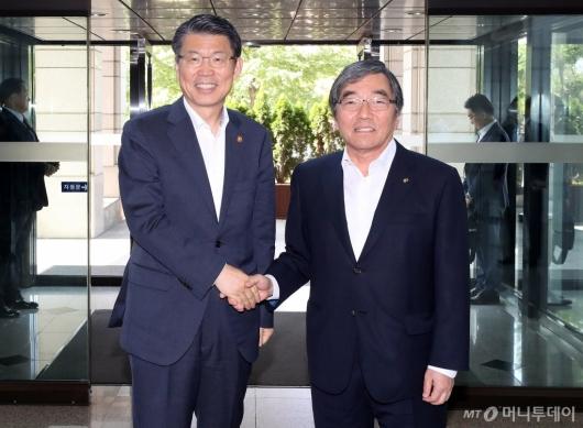 [사진]은성수 금융위원장 영접하는 윤석헌 금융감독원장