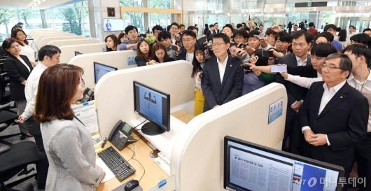 [사진]일본 수출규제 피해기업 상담센터 둘러보는 은성수-윤석헌