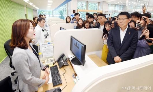 [사진]은성수 금융위원장 '일본 수축규제 피해기업 상담센터 방문'