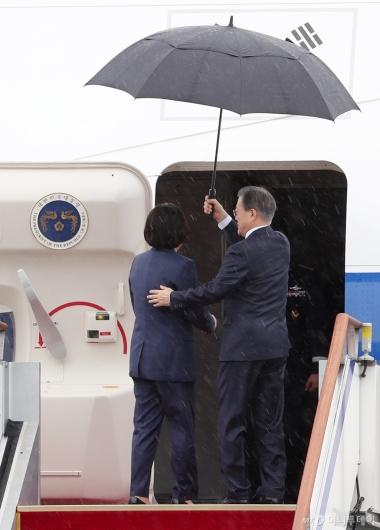 [사진]우산 든 문재인 대통령