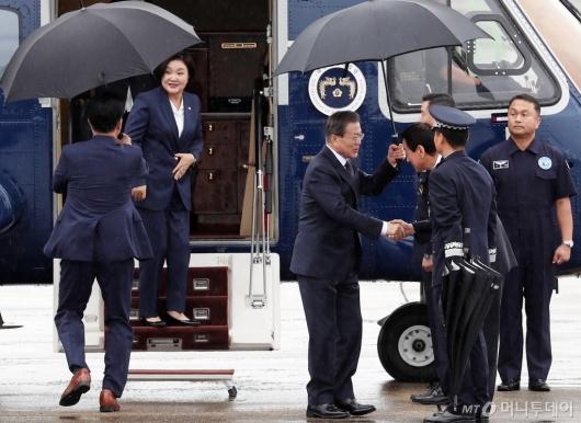 [사진]서울공항 도착한 문 대통령 내외